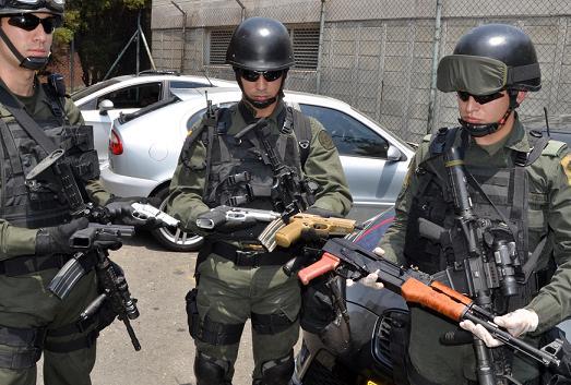 Las armas encontradas en el vehículo, las cuales son nuevas.
