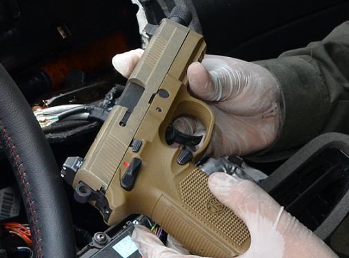 Detalle de una de las pistolas decomisadas, con adaptador para silenciador y mira láser.