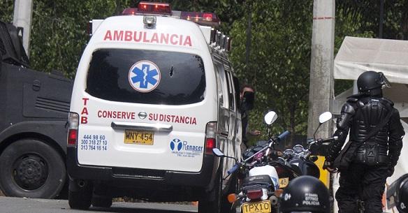 La Policía denunció que varios protestantes no querían dejar salir la ambulancia con el uniformado herido. Foto de Esteban Vanegas.