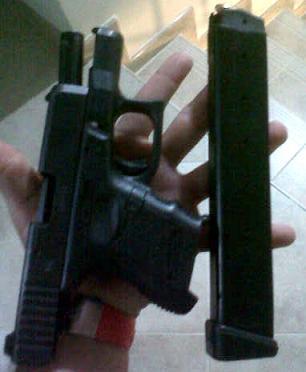 La pistola incautada tenía adaptado un proveedor para 30 proyectiles.