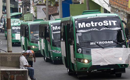 Los buses llevaban al frente afiches elaborados a mano, con mensajes que pedían el cese de la violencia. Foto de Esteban Vanegas.