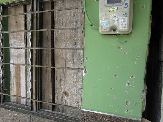 El sábado pasado, un artefacto explosivo dañó los ventanales y afectó las fachadas de cinco casas en el sector La Playita, de Tres Esquinas.