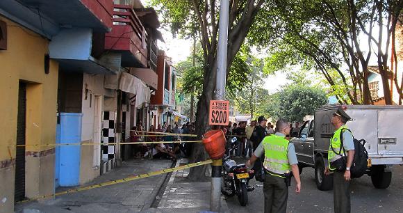 La entrada del hotel en el cual se presentó el homicidio, en el centro de Medellín. Foto de Guillermo Benavidez.