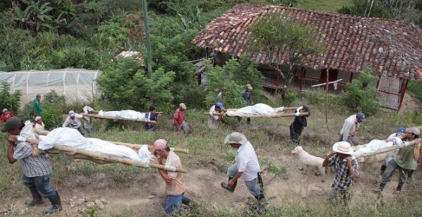 La comunidad de Abejorral colaboró con el transporte de los cadáveres de la familia, en la vereda La Volcana. Foto de Hernán Vanegas.