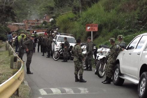Decenas de policías y soldados rodearon la zona de la confrontación. Foto de Stephen Arboleda.