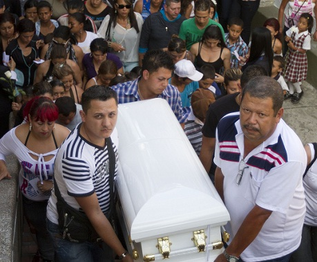 Así fue el funeral del niño asesinado al parecer por su madre en un ritual de exorcismo. Foto de Esteban Vanegas.