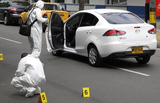"""Cuando conducía este vehículo fue asesinado alias """"Conejo"""", en plena avenida Nutibara. Foto de Mauricio Palacio."""