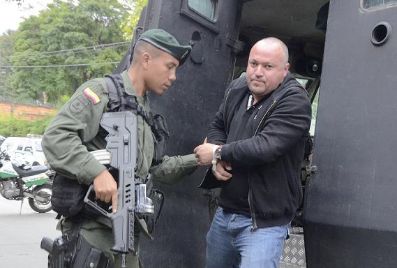 """""""Carlos Pesebre"""" fue trasladado en helicóptero desde Urrao hasta el aeropuerto Olaya Herrera, y de allí en tanqueta a la sede de la Sijín de Medellín. Cortesía Policía Metropolitana."""