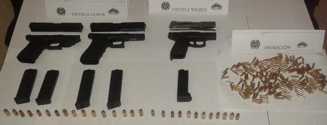 """Estas son las armas importadas desde Miami para """"la Oficina"""". Cortesía de la Policía."""
