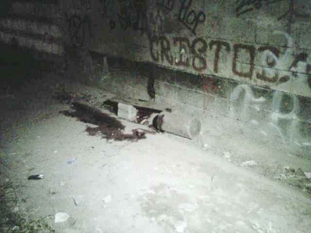 Contra este muro, que bordea la cancha de Barrio Cristóbal, fueron masacrados los hombres. Cortesía.