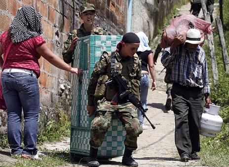Los soldados terminaron ayudando en el trasteo. Foto de Manuel Saldarriaga.