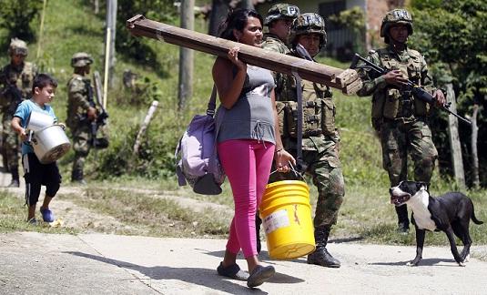 Niños, mujeres y ancianos cargaron enseres por igual, bajando desde el morro. Foto de Manuel Saldarriaga.
