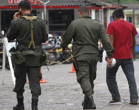 Funcionarios de la Alcaldía de Tarazá prometieron brindarle asistencia médica al indígena denunciante, quien acá aparece custodiado por la Policía. Foto de Róbinson Sáenz.