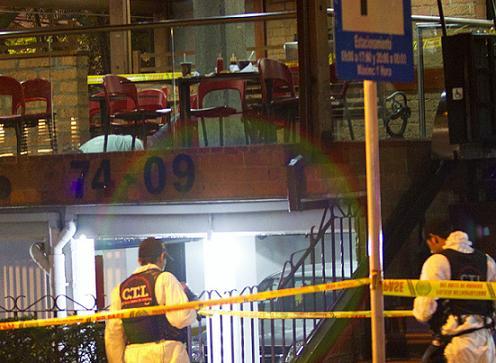 La víctima cayó sin vida junto a las mesas, en el establecimiento de comida de dos pisos. Foto de Edwin Bustamante.