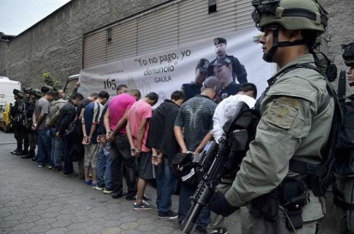 """Los detenidos de la banda """"los Chivos"""", filados en la sede del Gaula en Guayabal. Foto cortesía de la Policía Metropolitana."""