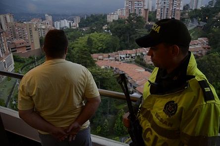 El concejal Carlos Obando fue detenido en su apartamento de Envigado y aquí aparece divisando el panorama. Cortesía de la Policía Metropolitana.
