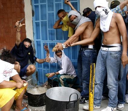 Festejo de un combo de la comuna 13, después de un pleito con los enemigos en 2011. Foto de Esteban Vanegas.