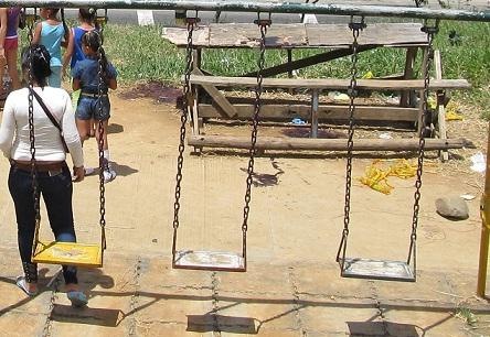 En este parque infantil fueron asesinados los tres jóvenes. Los agresores escaparon. Foto de Guillermo Benavidez.