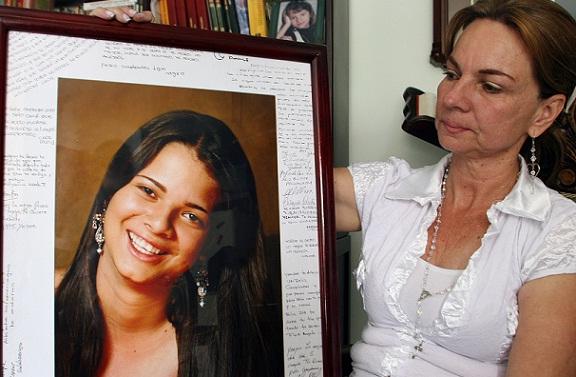 Beatriz Saldarriaga observando el cuadro de su hija Jenifer. Foto de Róbinson Sáenz.