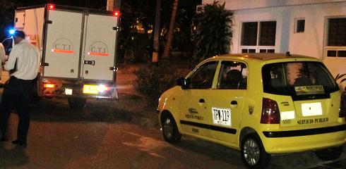 En este taxi robado abandonaron los tres cuerpos, víctimas de asfixia mecánica.
