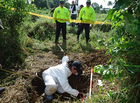 Los restos óseos de Fidel Castaño estaban dentro de una caneca, en esta fosa. Cortesía de la Fiscalía.