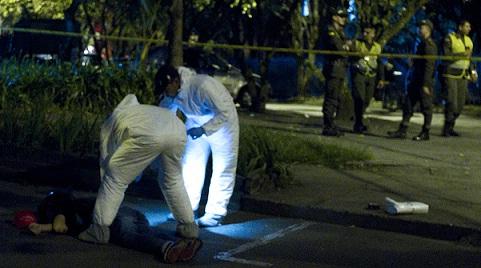El supuesto atracador perdió la vida en el sitio, cerca al centro comercial. Foto de Esteban Vanegas.