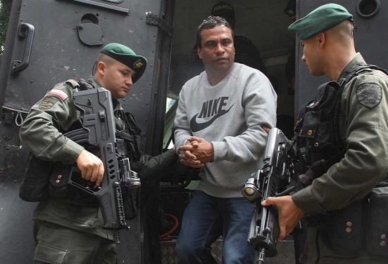 """Alias """"El Tigre"""" o """"Ramón Chaqueta"""" fue trasladado en tanqueta desde el aeropuerto de Medellín hasta la sede de la Sijín. Cortesía Policía Metropolitana."""