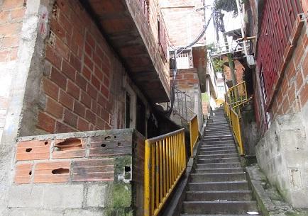 En estas escaleras mataron a los tres jóvenes del barrio La Independencia N°2. Foto de Santiago Olivares.