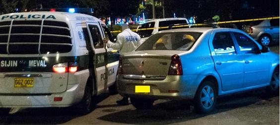 En este carro gris fue hallada la víctima con el letrero. Cortesía Q'Hubo Medellín.