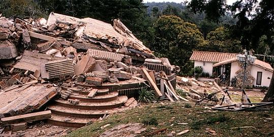 """Así quedó la finca La Manuela, en el municipio de El Peñol, luego de que """"los Pepes"""" la dinamitaran en 1993. Pablo Escobar la había llamado así en honor a su hija menor. Archivo El Colombiano."""
