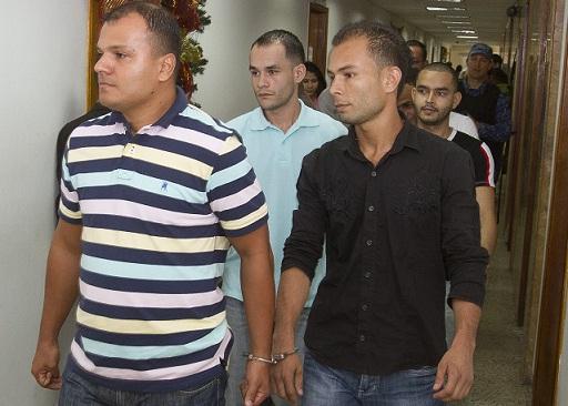 Los sicarios procesados, durante uno de los ingresos a las audiencias, en el Palacio de Justicia de Medellín. Foto de Pablo Santa.