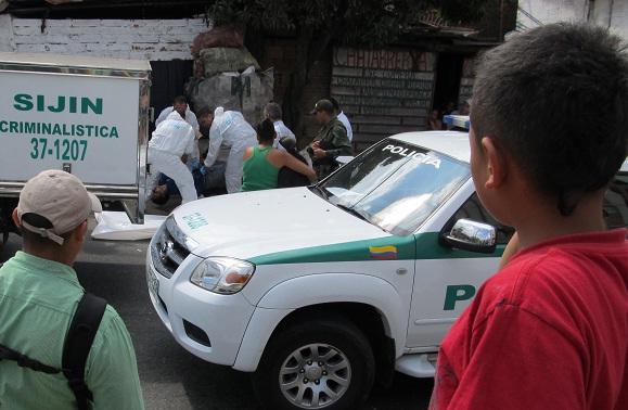 """Varias personas que se acercaron al lugar de los hechos lamentaron la muerte de """"Cheo"""". Foto de Guillermo Benavidez."""
