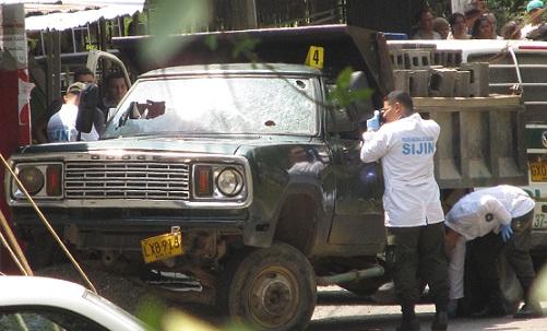 En esta volqueta fueron asesinadas las tres personas, incluyendo al policía uniformado. Foto de Santiago Olivares Tobón.