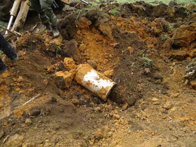 """Esta cantina de leche fue desenterrada en una finca de Sampués, Sucre (diciembre 2013). Contenía dinero de alias """"Otoniel"""". Foto de cortesía."""