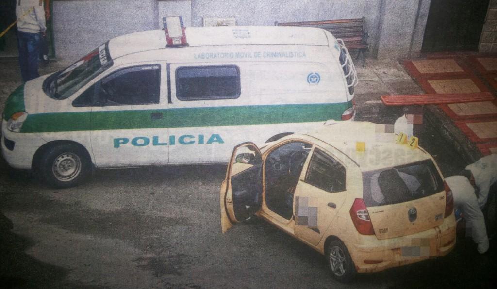 En este taxi montaron los dos cadáveres, sin que hasta ahora se sepa dónde se perpetraron los asesinatos. Cortesía Q'Hubo.