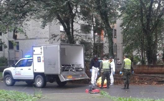 En esta vía del sector Los Apartamentos (Bello) hallaron los dos cadáveres envueltos en sábanas. Foto de cortesía.