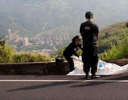 En este tramo de la autopista Medellín-Bogotá encontraron las tres maletas con los despojos humanos. Foto de cortesía.