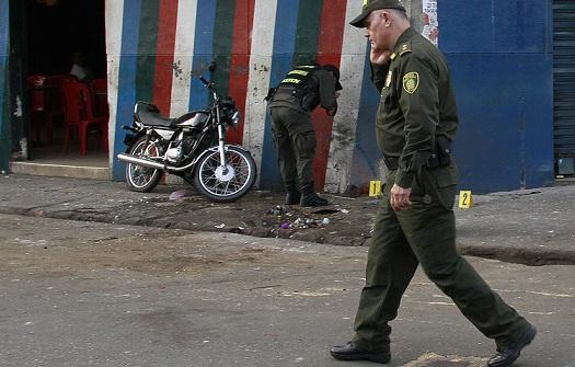 El general José Ángel Mendoza, comandante de la Policía Metropolitana, recorre la esquina de Barrio Triste donde un ataque con granada dejó un muerto y tres heridos, el 10 de julio de 2014. Foto de Róbinson Sáenz.