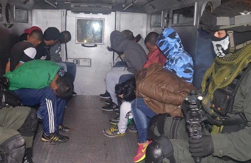 """Capturados en la Operación Vulcano contra una célula de """"los Triana"""" que delinquía en el barrio La Gabriela, de Bello. Cortesía Policía."""