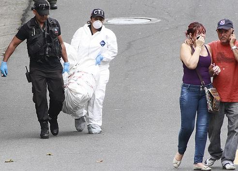 Familiares hicieron la penosa tarea de reconocer el cadáver de un taxista, que fue abandonado en un costal en el barrio Castilla. Foto de Róbinson Sáenz.