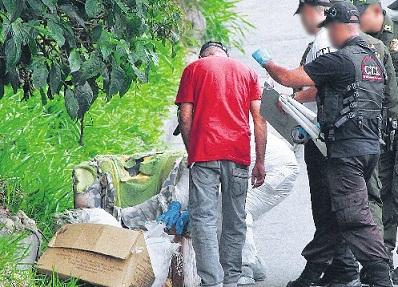 En un costal y tirado en la basura fue hallado el cadáver de un taxista, en el noroccidente de Medellín. Foto de Róbinson Sáenz