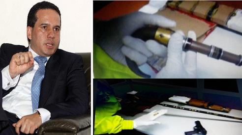 El alcalde Carlos Trujillo. Al lado, el bastón-revólver incautado en el operativo. Cortesía.