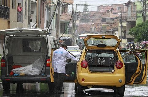 """Dos personas murieron en este taxi, en Bello, al parecer en retaliación a la muerte de """"Mario el Chino"""". Foto de Róbinson Sáenz."""