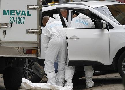 En esta camioneta se transportaba la víctima, cuando los sicarios atacaron. Foto de Róbinson Sáenz.