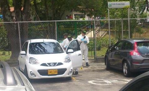 """Dentro de este vehículo falleció alias """"el Mello"""", en el parqueadero de la Unidad Deportiva de Belén. Cortesía."""