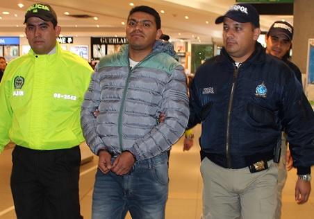 """""""Mundo Malo"""" fue recibido por Interpol en el aeropuerto de Bogotá y luego remitido a su audiencia en Medellín. Cortesía Policía."""