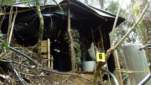 """Esta es una de las estructuras artesanales que componían el laboratorio de """"los Chatas"""". Cortesía Cuarta Brigada."""