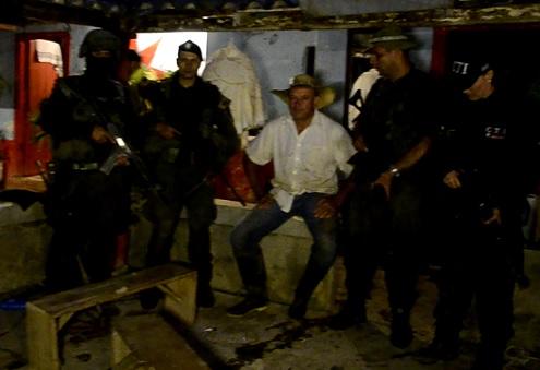 El exparamilitar Octavio Cartagena no tuvo tiempo de reaccionar y fue arrestado en su finca de Betulia, Antioquia. Cortesía Fiscalía.