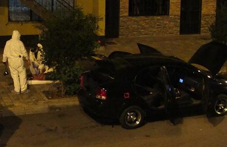 En este automóvil fueron dejadas las tres víctimas, en el barrio Girardot de Medellín. Foto de Mauricio Palacio.