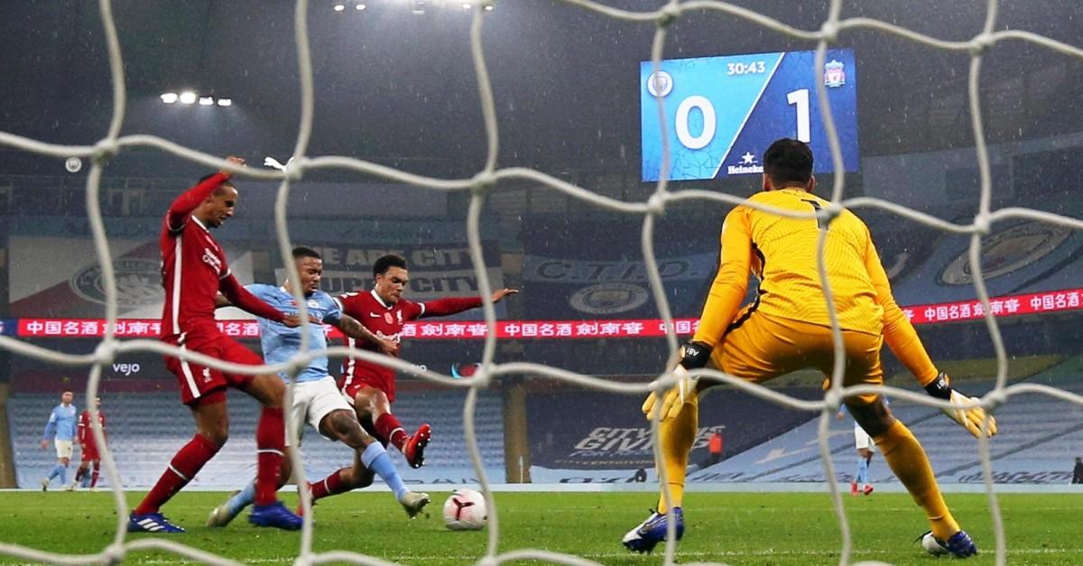 Manchester City y Liverpool se anulan y el Leicester es líder